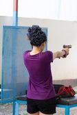 Pratique avec des armes à feu dans le champ de tir de cible — Photo