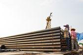 Tubo de ferro construção trabalhador escriturada — Fotografia Stock
