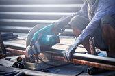 Řezání oceli s stroj pro řezání oceli pracovník — Stock fotografie