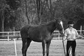 女性ライダーの乗馬コースで馬を列車します。 — ストック写真