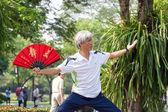 Bangkok-25 de feb: personas no identificadas practicando tai chi en el p — Foto de Stock