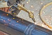 工人使用火炬刀具通过金属切割 — 图库照片