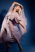 Vrouw in modieuze golvende jurk — Stockfoto
