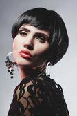 Sexig fashionl kvinna i svart guipure klänning. professionell makeup — Stockfoto