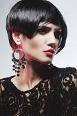 Fashionl sexy donna in abito nero guipure. trucco professionale — Foto Stock
