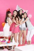 Jolie asiatiques filles chantant karaoké — Photo