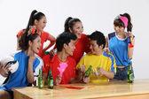 Aficionados al deporte asiático alentando a su equipo favorito — Foto de Stock