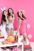 Drie Aziatische meisjes zingen karaoke — Stockfoto