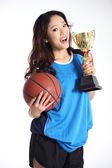 Mooie aziatische meisje poseren met trophy en basketbal bal — Stockfoto