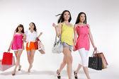 Mladé asijské ženy jdou nakupovat — Stock fotografie