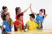 亚洲体育迷们为自己喜爱的球队生根 — 图库照片