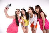 красивых азиатских подростков, принимая их собственное изображение — Стоковое фото