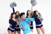 Asian cheerleader und ein mann schreien über megaphon — Stockfoto