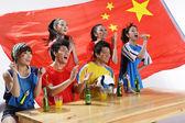Asiatische sport-fans, die für ihre lieblingsmannschaft die daumen — Stockfoto