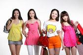 Szczęśliwy azjatyckich kobiet zakupy — Zdjęcie stockowe