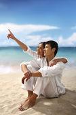 Plaj ile genç bir çift — Stok fotoğraf