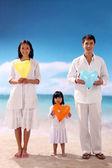 Aile plajı ile — Stok fotoğraf