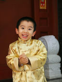 One chinese boy(4-5 years) standing in a Chinese traditional hou — Stock Photo