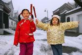 Due bambini cinesi vestiti in abiti tradizionali innalzamento può — Foto Stock