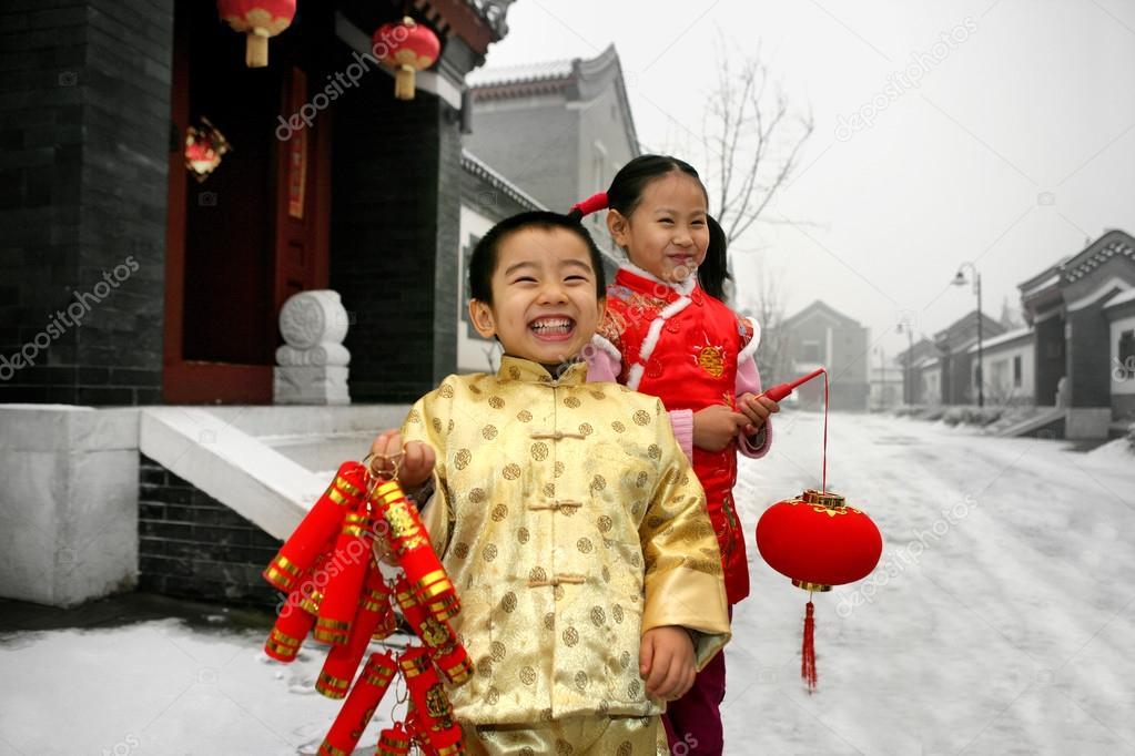 Due bambini 5 7 anni in piedi davanti al cinese for Casa tradizionale cinese