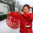One chinese girl(6-7 years) standing in front of Chinese traditi — Stock Photo