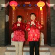 Chinese family gesturing welcome at the gate celebrating Chinese — Foto Stock
