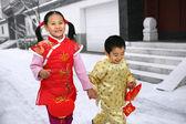 Duas crianças (5-7 anos) que andam na frente do tradicional chinesa — Fotografia Stock