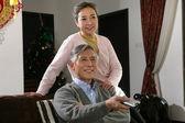 китайская пара зрелых смотреть тв — Стоковое фото