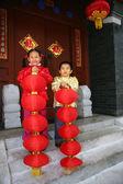 Zwei kinder (5-16 jahre) steht vor chinese traditional — Stockfoto
