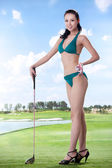 Mujer sexy holding golf clubs — Foto de Stock