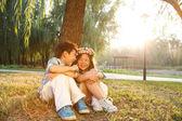 Menino e menina sentada no chão — Foto Stock