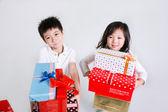 Menino e menina segurando caixas de presente — Foto Stock