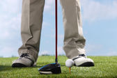 Golf player teeing up to hit ball — Stock Photo