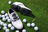 Zapatos y pelotas de golf — Foto de Stock