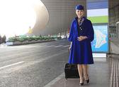 Chinese flight attendant pulling a suitcase — Fotografia Stock