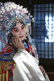 Peking opera herečka pomocí telefonu, Čína — Stock fotografie
