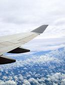 Ziemi i samolot skrzydło z samolotu — Zdjęcie stockowe