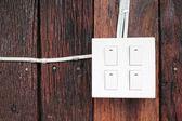 Brzęczyk przełącznik na ścianie drewniane — Zdjęcie stockowe