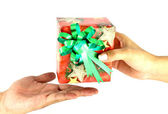 Γυναικείο χέρι να αρσενικό χέρι ένα χριστουγεννιάτικο δώρο με κορδέλα — Φωτογραφία Αρχείου