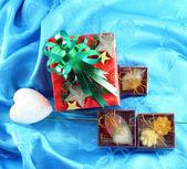 Sistema de la caja de regalo roja con cintas verdes en satén azul — Foto de Stock