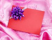 Pembe saten kurdele kırmızı boş hediye kart — Stok fotoğraf