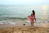 Retrato de mulher jovem e bonita na praia — Foto Stock