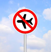 'no flying' sign on blue sky — Stock Photo