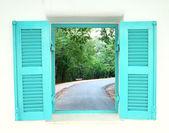 греческий стиль окна с кривой дороге — Стоковое фото