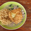Crispy fried noodles with omelet — Stockfoto
