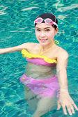 Woman in swimming pool — ストック写真