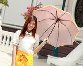 Thai girl dressing and umbrella with traditional style (palace b — Photo
