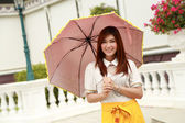 Thai girl dressing and umbrella with traditional style (palace b — Stock fotografie