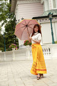 Thai girl dressing and umbrella with traditional style (palace b — Foto Stock