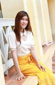 Portrait woman smiles inl house — Foto Stock